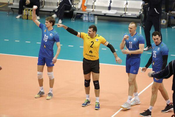 Либеро краснодарского Динамо Хачатур Степанян (второй слева)