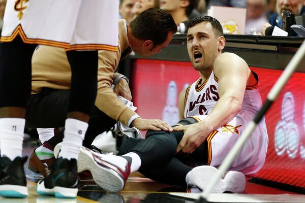 Центровой Кливленда Эндрю Богут, сломавший ногу в матче с Майами