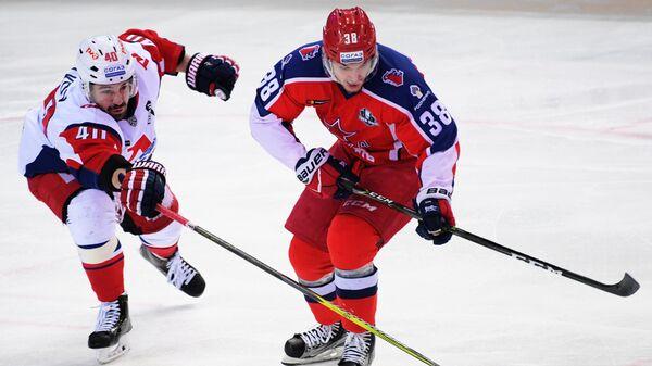 Нападающий Локомотива Даниил Апальков (слева) и защитник ЦСКА Михаил Науменков