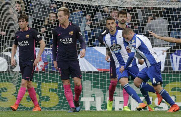 Футболисты Депортиво (справа) радуются забитому голу в матче с Барселоной