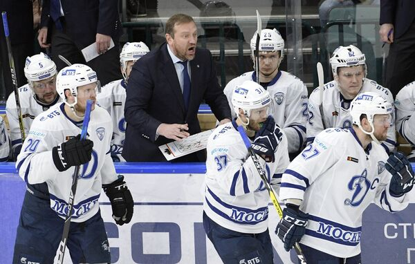 Тренер ХК Динамо Владимир Воробьев (в центре на втором плане) и игроки клуба