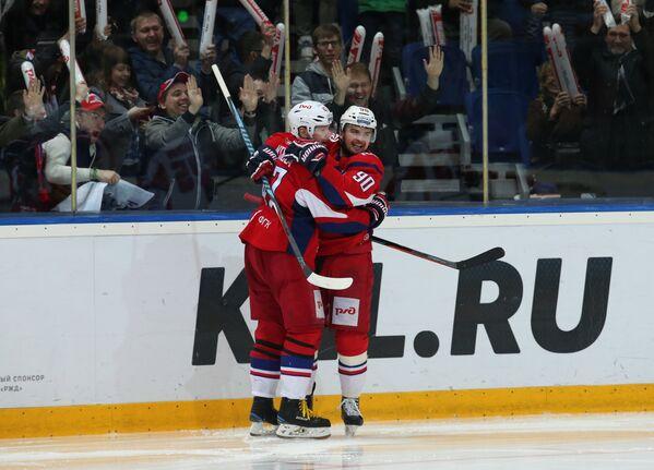 Хоккеисты Локомотива Петри Контиола (слева) и Андрей Локтионов
