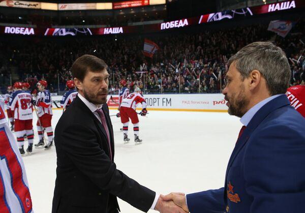 Главный тренер Локомотива Алексей Кудашов (слева) и главный тренер ЦСКА Дмитрий Квартальнов