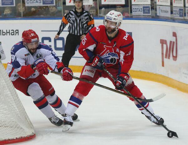 Защитник ЦСКА Никита Пивцакин (слева) и нападающий Локомотива Максим Тальбо