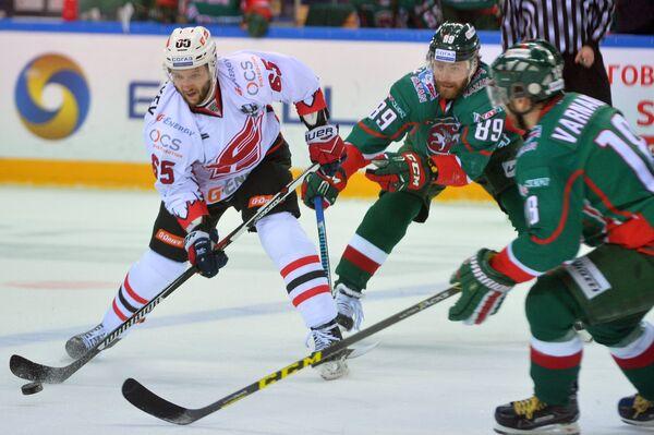 Защитник Авангарда Михаил Григорьев и хоккеисты Ак Барса Артём Лукоянов и Михаил Варнаков (слева направо)