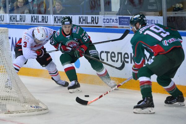 Форвард Авангарда Дэвид Бут и хоккеисты Ак БарсаАтте Охтамаа и Михал Йордан (слева направо)