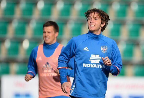 Защитник сборной России Марио Фернадес (справа)