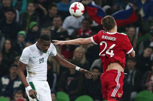Защитник сборной Кот-д'Ивуар Симон Дели (слева) и нападающий сборной России Александр Бухаров
