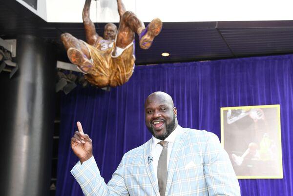 Экс-центровой Лейкерс Шакил О'Нил рядом со своей статуей на арене клуба в Лос-Анджелесе
