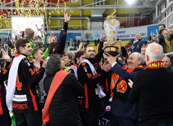 Игроки СКА-Нефтяника получили кубок после победного матча чемпионата России по хоккею с мячом