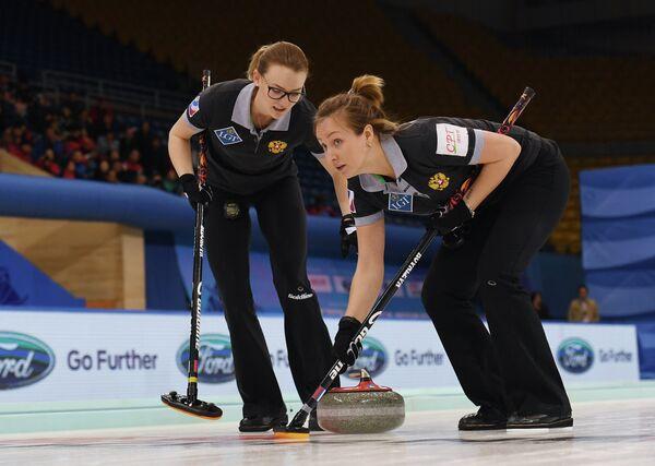 Керлингистки сборной России Александра Раева и Алина Ковалева (слева направо)