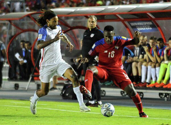 Нападающий сборной Панамы Луис Техада (справа) и полузащитник сборной США Джермейн Джонс