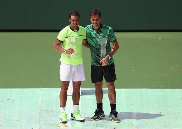 Роджер Федерер (справа) и Рафаэль Надаль