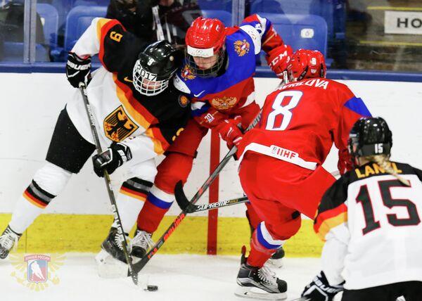 Игровой момент матча женских сборных России и Германии на чемпионате мира-2017 по хоккею