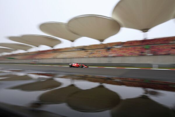 Пилот Феррари Себастьян Феттель на трассе Гран-при Китая
