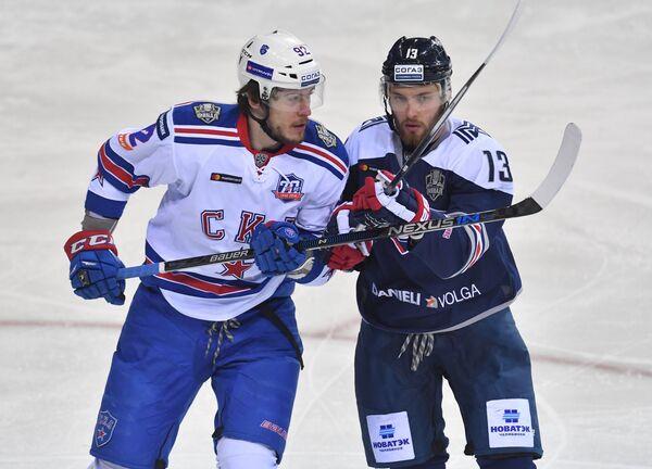 Нападающие СКА Александр Дергачёв (слева) и Металлурга Владислав Калетник