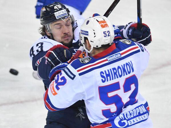 Нападающие Металлурга Ян Коварж (слева) и СКА Сергей Широков