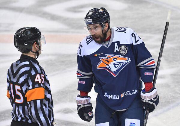 Нападающий Металлурга Данис Зарипов (справа)