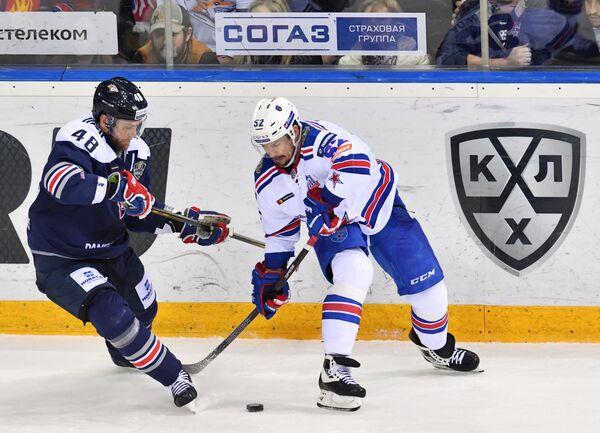Защитник Металлурга Евгений Бирюков (слева) и нападающий СКА Сергей Широков