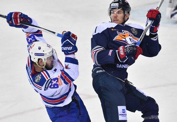 Нападающий СКА Евгений Дадонов (слева) и защитник Металлурга Алексей Береглазов