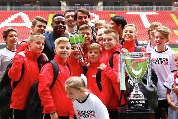 Участники детского футбольного турнира Lukoil Cup