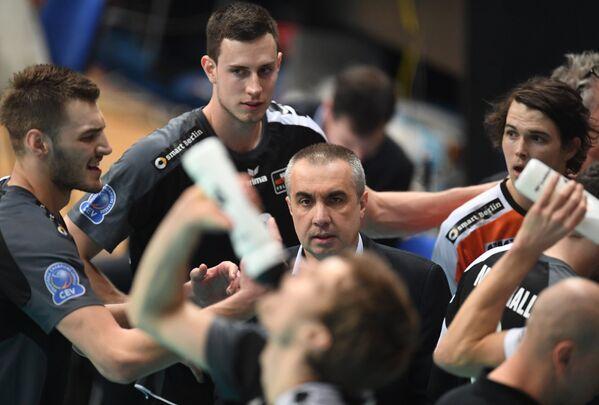 Главный тренер ВК Берлин Роберто Серниотти (в центре)