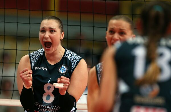 Доигровщица казанского Динамо Ирина Воронкова (слева)