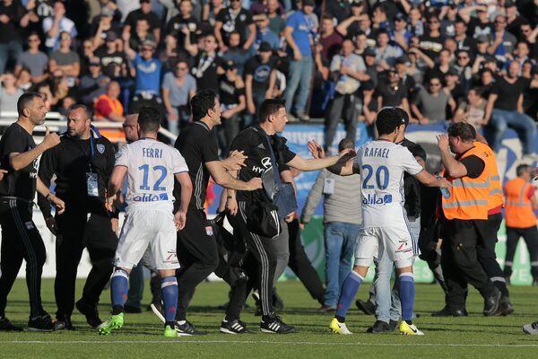 Инцидент с болельщиками на матче 33-го тура чемпионата Франции по футболу между Бастией и Лионом