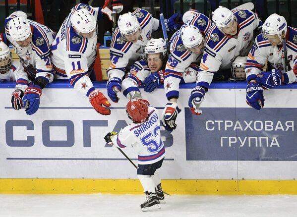 Хоккеисты СКА поздравляют сына форварда СКА Сергея Широкова Егора с заброшенной шайбой
