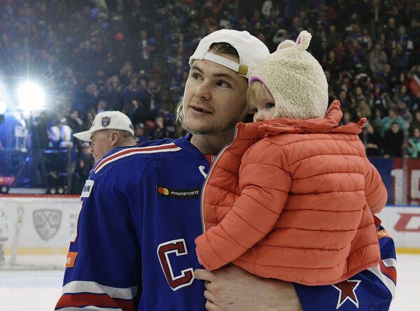 Форвард СКА Виктор Тихонов с дочерью Софией-Викторией