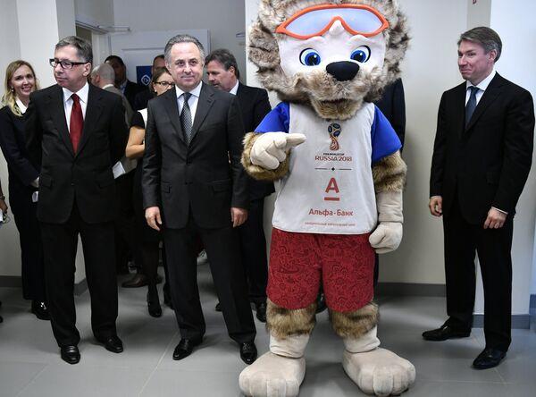 Петр Авен, Виталий Мутко, волк Забивака и Алексей Сорокин (слева направо)