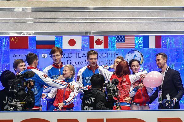 Фигуристы сборной России. Вторая справа - Евгения Медведева