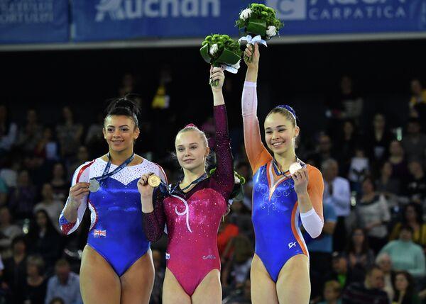 Элисса Дауни, Ангелина Мельникова и Этора Торсдоттир (слева направо)