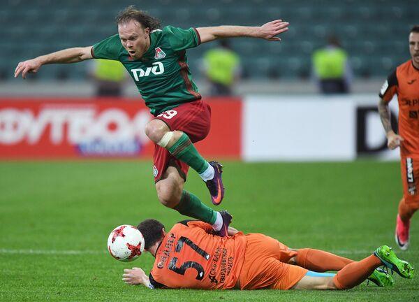 Защитник Локомотива Виталий Денисов (слева)