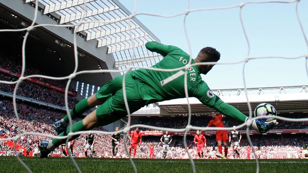 Вратарь Саутгемптона Фрейзер Форстер отбивает пенальти после удара полузащитника Ливерпуля Джеймса Милнера