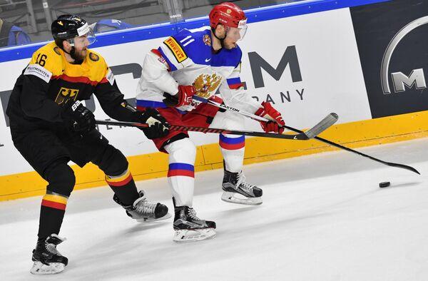 Защитник сборной Германии Конрад Абельтсхаузер (слева) и форвард сборной России Сергей Андронов