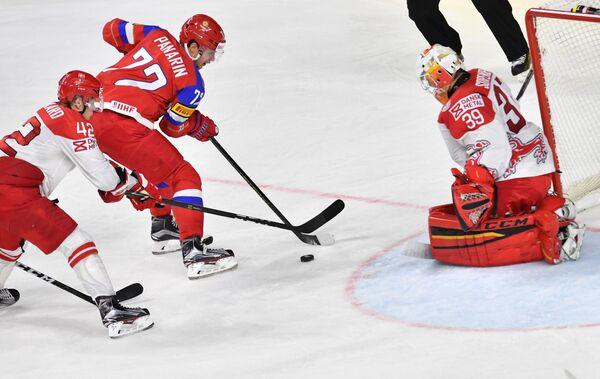 Форвард сборной России Артемий Панарин (второй слева)