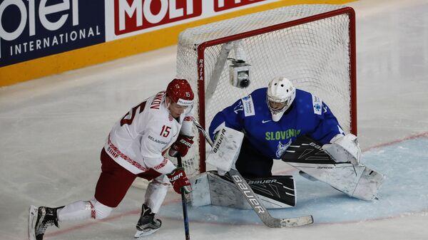 Нападающий сборной Белоруссии Артём Демков (слева) и вратарь сборной Словении Гашпер Крошель