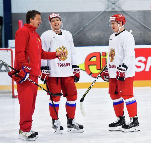 Тренер сборной России Харийс Витолиньш и хоккеисты сборной России Евгений Кузнецов и Дмитрий Орлов (слева направо)