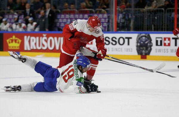 Нападающий сборной Дании по хоккею Николай Элерс (сверху)