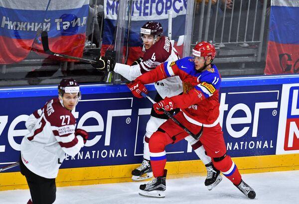 Нападающий сборной России Сергей Андронов (справа)