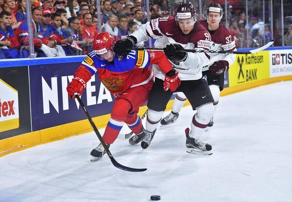 Нападающий сборной России Владимир Ткачев (слева)