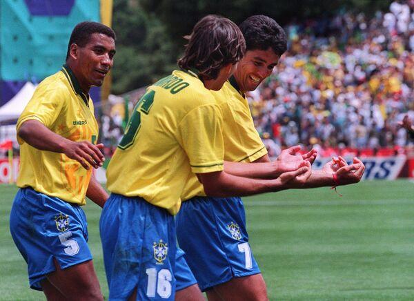 Нападающий сборной Бразилии Бебето (справа) и его знаменитый жест после забитого гола