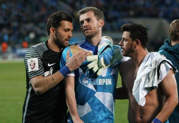Вратарь Зенита Юрий Лодыгин, игроки Зенита Николас Ломбертс и Хави Гарсия (слева направо)