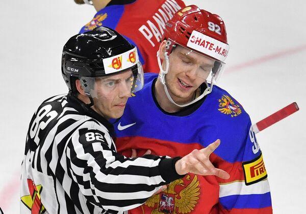 Форвард сборной России Евгений Кузнецов (справа)