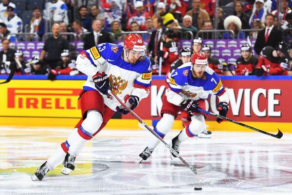 Хоккеисты сборной России Валерий Ничушкин (слева) и Иван Телегин