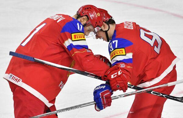Хоккеисты сборной России Сергей Андронов (слева) и Никикта Гусев