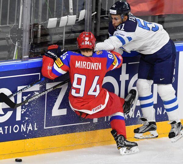 Защитник сборной России Андрей Миронов (слева) и нападающий сборной Финляндии Валттери Фильппула