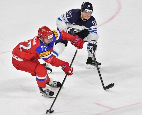 Форвард сборной России Артемий Панарин (слева) и защитник сборной Финляндии Юлиус Хонка