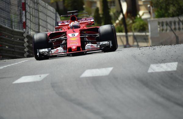 Пилот Феррари Себастьян Феттель на дистанции Гран-при Монако
